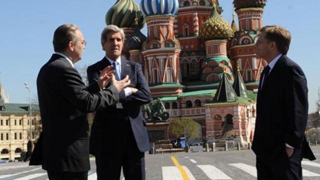Джон Керри заехал на джипе в Александровский сад и пообщался с ветеранами