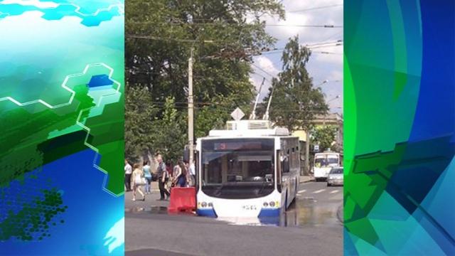 Троллейбус упал в яму на севере Петербурга