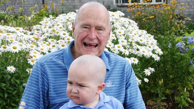 Буш-старший побрился наголо ради больного раком ребенка