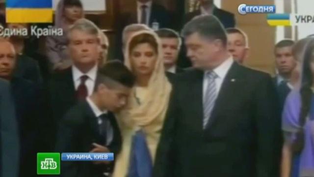 Дурной знак: Порошенко-младший без чувств рухнул на руки Ющенко