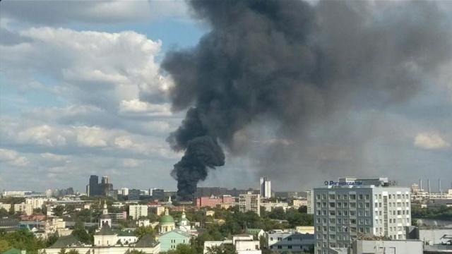 Дым от крупного пожара окутал юг Москвы