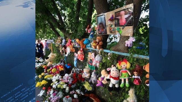 Сотни жителей Томска пришли проститься с убитой трехлетней девочкой