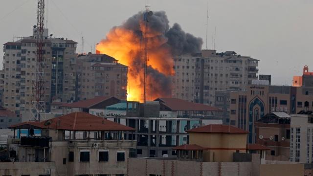 ВВС Израиля разбомбили многоэтажный жилой дом в секторе Газа