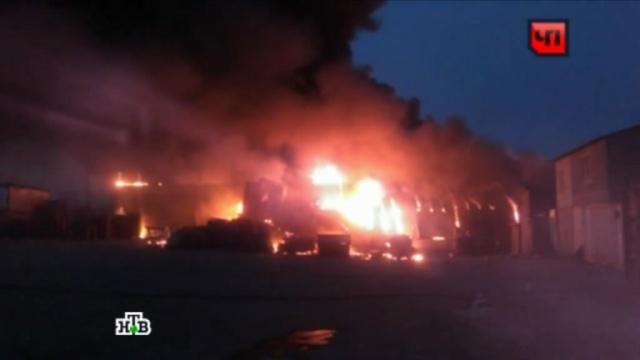 Десятки пожарных укротили огонь на ярмарке в подмосковных Мытищах