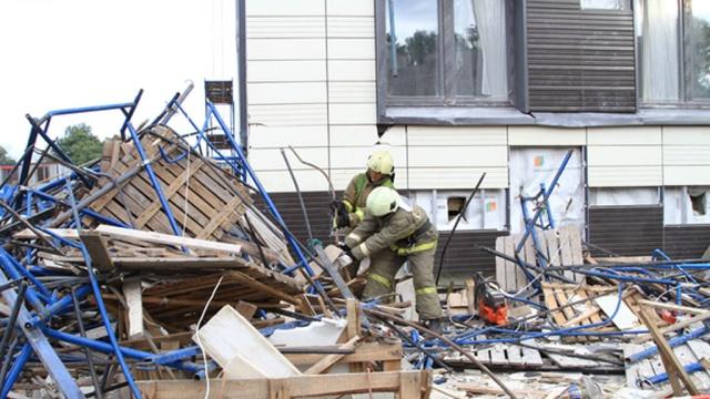 Питерские рабочие чудом уцелели после обрушения лесов на элитной стройке