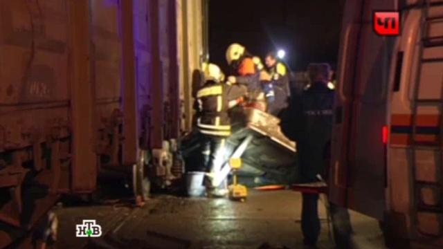 В Тульской области грузовик выскочил на переезд и столкнулся с поездом