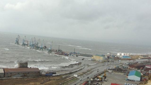 Сильнейший шторм обрушился на Сахалин и затопил морской порт