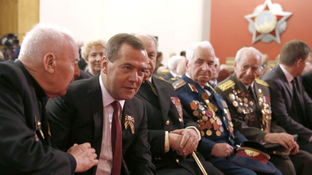 Медведев встретился с ветеранами и призвал помнить страшный урок войны