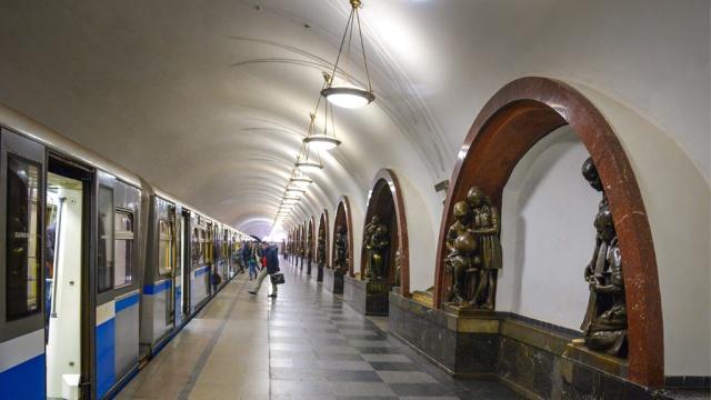 Спрыгнувший на рельсы пассажир остановил движение в московском метро