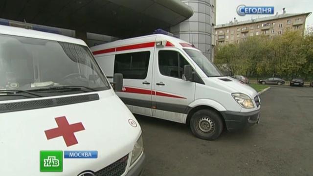 Москвича госпитализировали после падения в открытый люк
