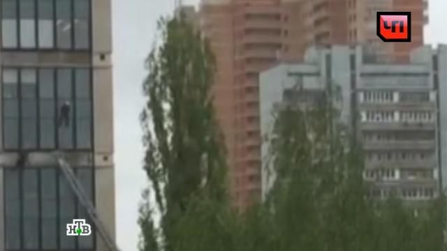 При обрушении строительных лесов на западе Москвы пострадали 7 человек