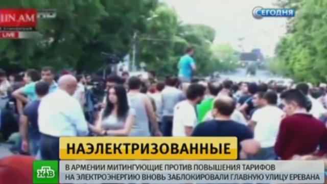 В Ереване протестующие стаскивают мусорные контейнеры на проспект Баграмяна
