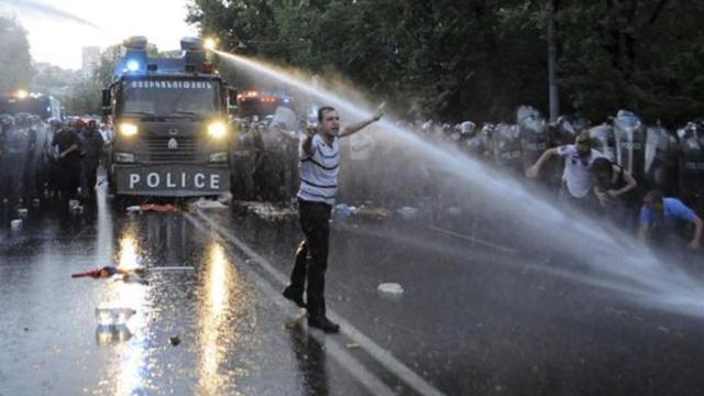 """Полиция уговаривает участников """"электромайдана"""" покинуть улицы Еревана"""