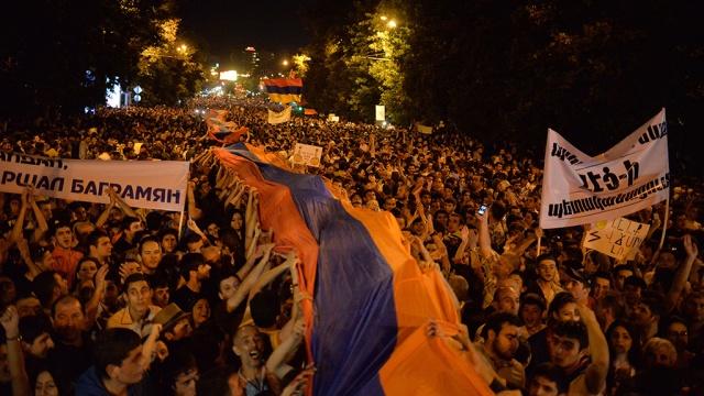 Демонстранты в Ереване обсуждают уступки властей на проспекте Баграмяна