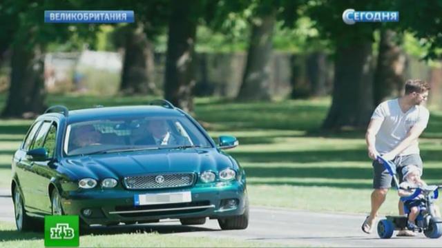 королева елизавета рулем jaguar объехала пешеходов газону