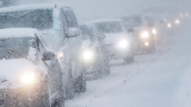 В Мурманской области из-за первого снега перекрыта федеральная трасса Кола