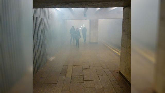 Хулиган с шашкой устроил задымление у станции метро в Москве