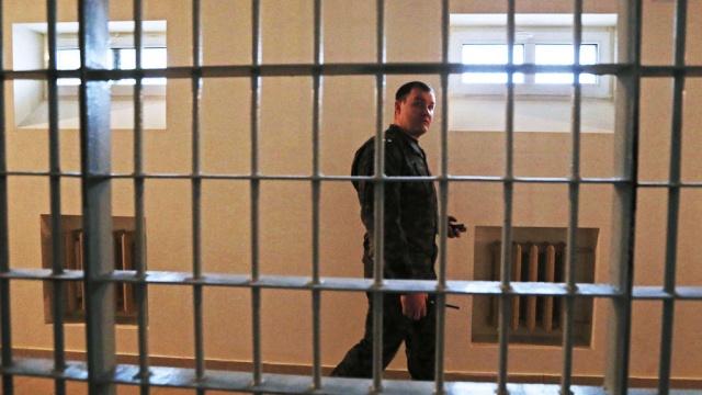 В московское СИЗО пытались забросить пакет с 62 телефонами