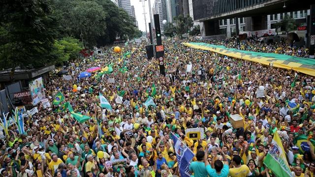 Утиная революция: миллионы бразильцев вышли протестовать с игрушками в руках