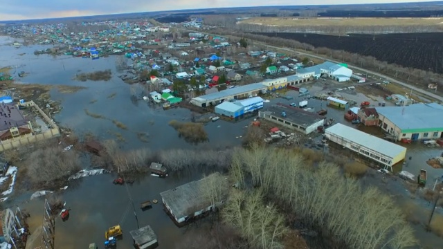 In the Tyumen region save animals from the flooded zoo.