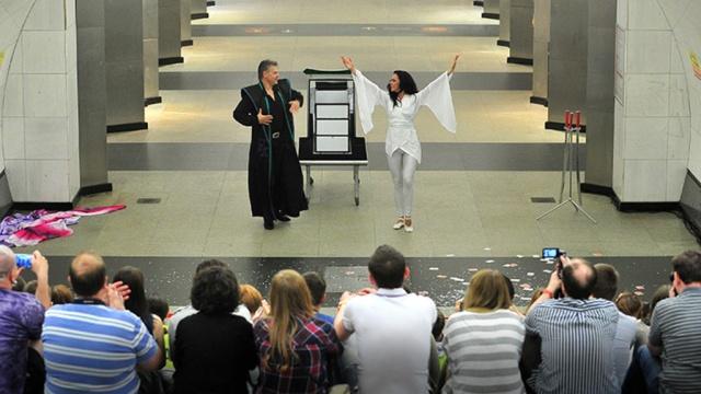 Иллюзионисты устроили яркое шоу в московском метро