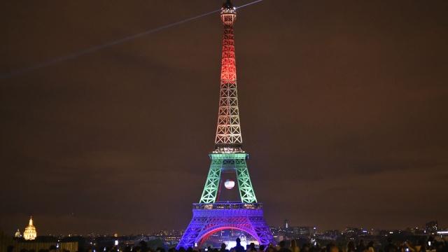 На Эйфелевой башне включили подсветку цветов флагов ЛГБТ и США в память о погибших в Орландо