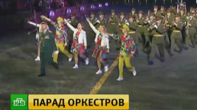 В Москве прошел парад участников фестиваля Спасская башня