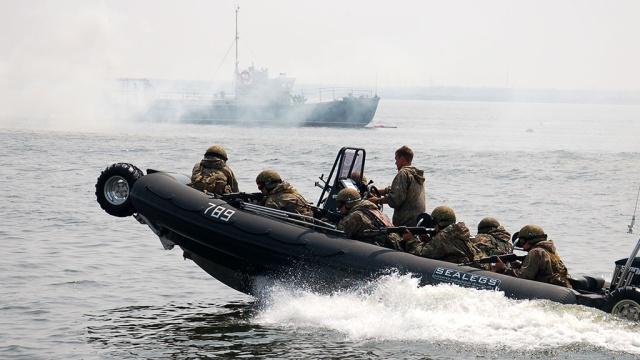 Российских силовиков вооружат автоматом для стрельбы под водой