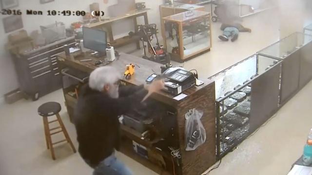 Владелец магазина расстрелял вооруженного грабителя перед видеокамерой
