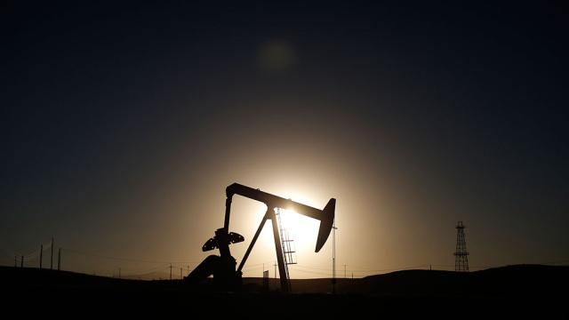 Цена нефти Brent закрепилась выше $55