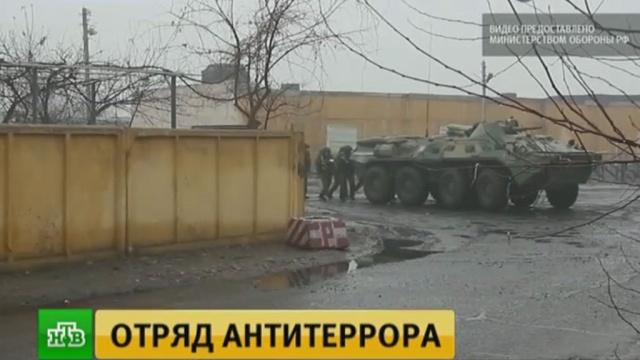 Российские военные на учениях в Таджикистане взяли штурмом логово условных боевиков