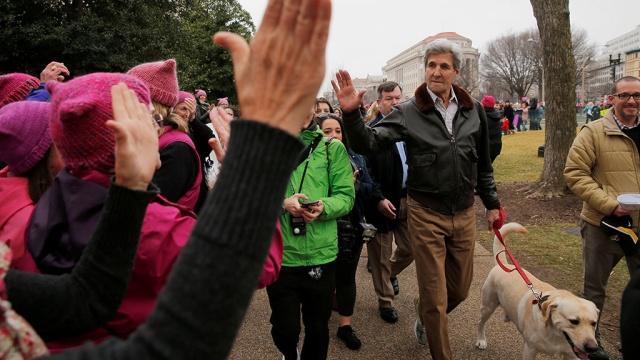 джон керри собакой присоединились маршу женщин против трампа