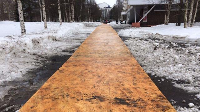 В Архангельске городскую набережную покрыли паркетом: фото