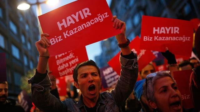 Главная оппозиционная сила Турции подала запрос об отмене итогов референдума