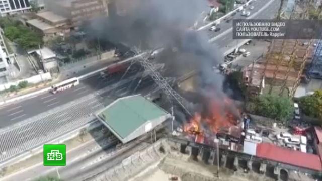 На Филиппинах горящая опора ЛЭП едва не раздавила ехавшие по шоссе машины: видео