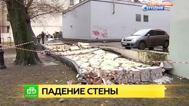 В Петербурге обрушилась стена в саду имени Андрея Петрова