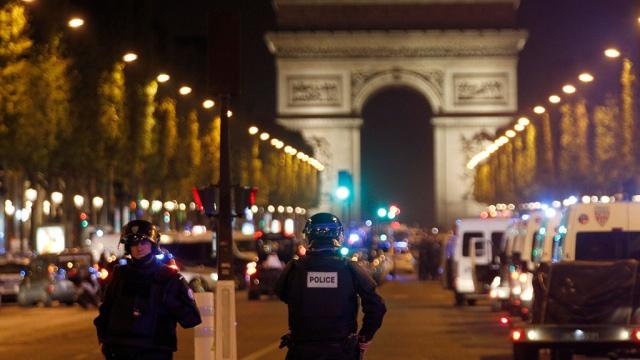 Елисейские поля в Париже после теракта открыли для туристов