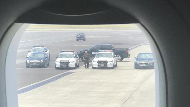 Пассажир попытался ворваться в кабину пилотов на рейсе American Airlines