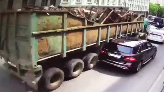 В центре Владивостока грузовик протаранил 19 машин: видео