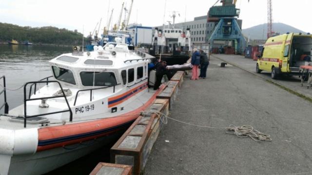 Камчатские спасатели сняли с судна сербского моряка с тяжелой травмой