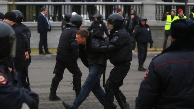 Бойца ОМОН в Петербурге ударили ножом в спину на акции протеста 12 июня