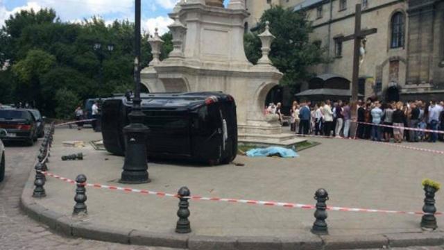 Экс-гаишник на внедорожнике протаранил толпу во Львове: видео с места