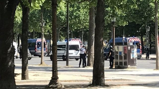 На Елисейских полях в Париже автомобиль врезался в полицейский фургон