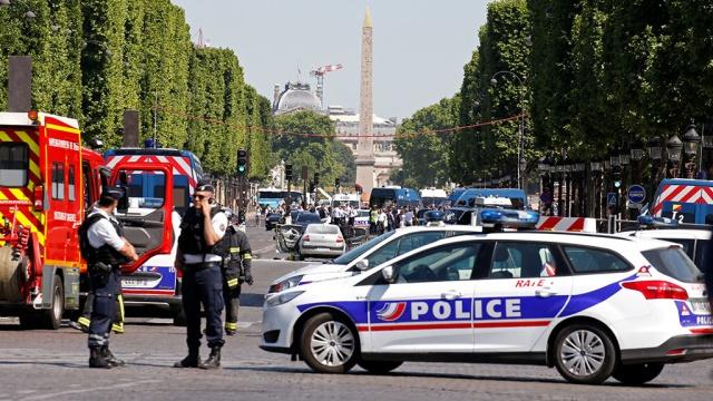 Полицейский фургон в Париже протаранил человек из списка опасных исламистов