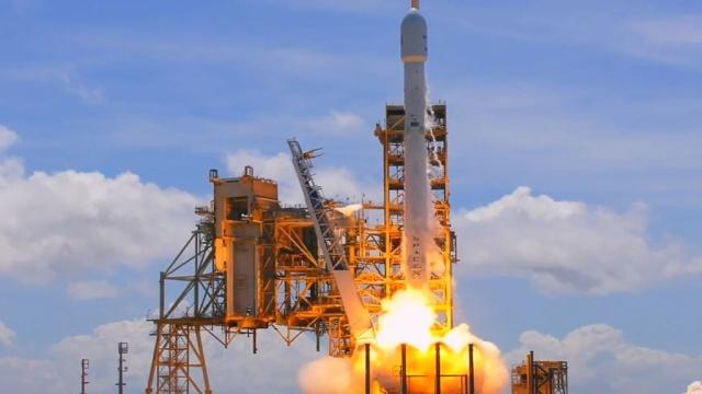 Ракета Falcon 9 со спутником связи стартовала с мыса Канаверал