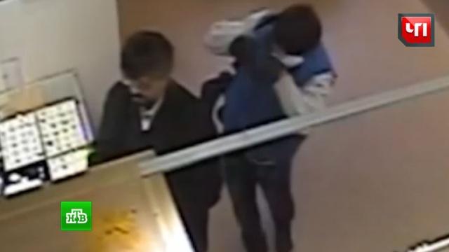 Отклеившиеся усы подвели напавших на ювелирный магазин в Подмосковье
