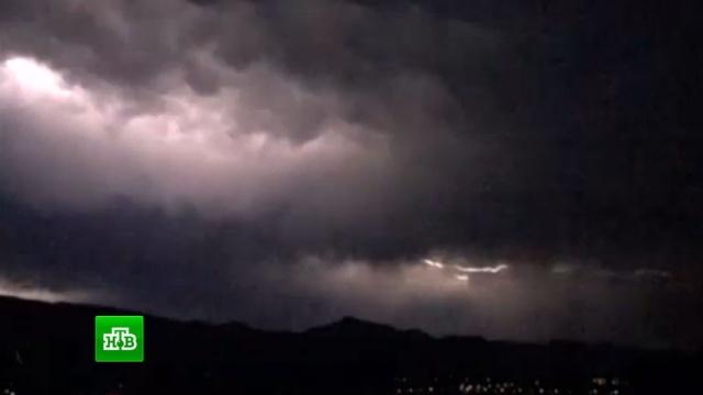 В небе над Пекином вспыхнули сотни молний: видео