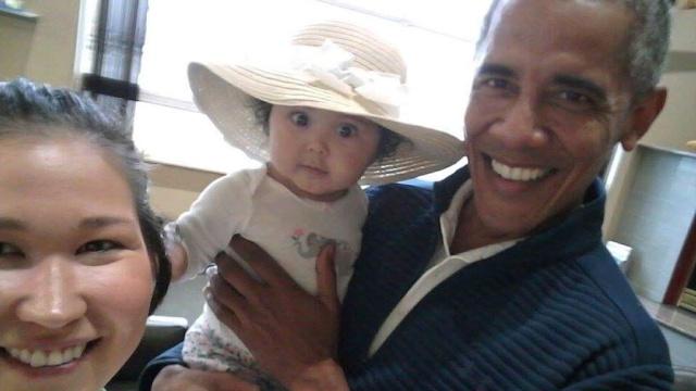 Обаму сфотографировали с младенцем на руках в аэропорту Аляски