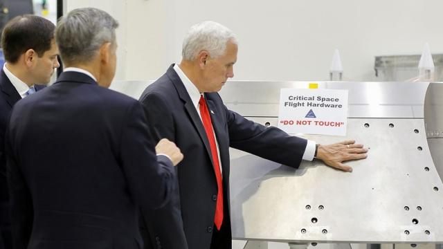 Вице-президент США объяснил, зачем прикоснулся к экспонату НАСА со знаком Не трогать