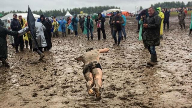 """Рок-фестиваль """"Нашествие"""" тонет в дождевой грязи: фото"""